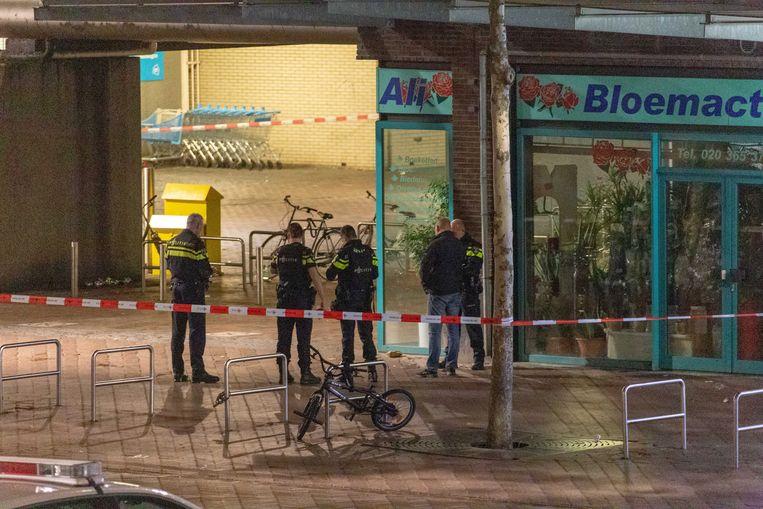 Op het Bijlmerplein in Amsterdam troffen agenten een verdacht voorwerp aan. Het ging om een handgranaat.