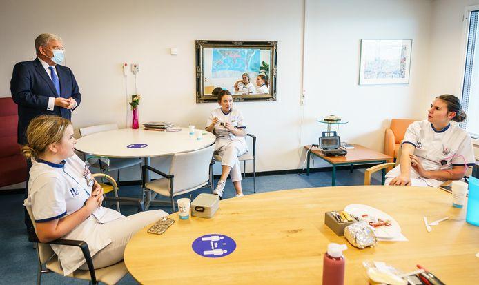 Burgemeester Jan van Zanen brengt een bezoek aan HMC Westeinde.
