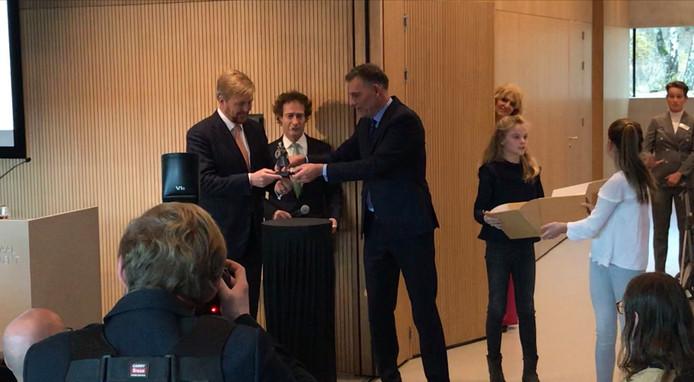 Door een bijzonder popje op een sokkel te plaatsen opende koning Willem-Alexander symbolisch het vernieuwde en uitgebreide NM Kamp Vught.