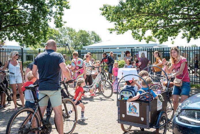 Ouders halen hun kinderen op bij de Kirreweie en Onder de Wieken in Burgh-Haamstede.