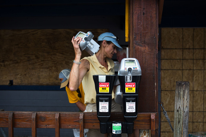 Een gemeentewerker in Wrightsville Beach verwijdert de parkeermeters vanwege de naderende superstorm.