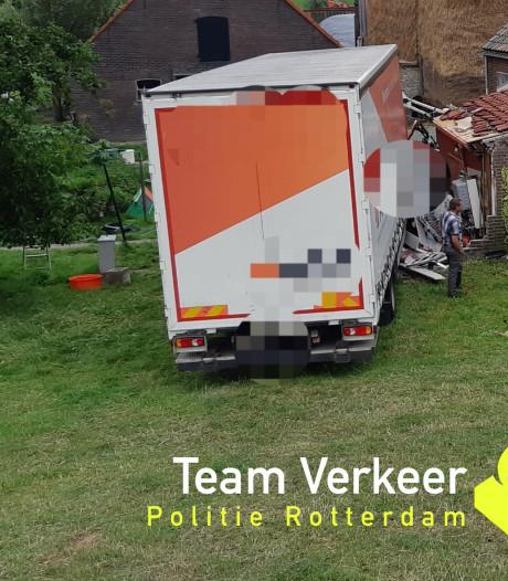 Vrachtwagen rijdt van dijk bij Streefkerk, chauffeur gereanimeerd