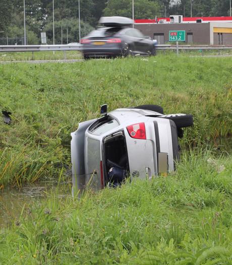 Auto belandt in sloot bij parkeerplaats in Ochten