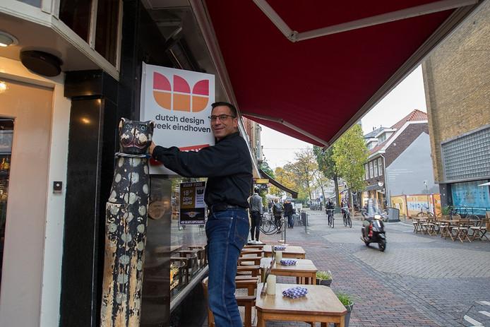 Paddy van Lieshout van het Javaans Eetcafé in Eindhoven met het DDW-bord.