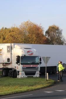 Vrachtwagen blokkeert Oostmolenweg Kloetinge