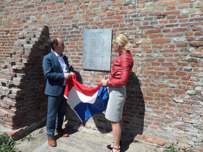 Als de wethouders Hans Tanis en Paula Jorritsma de Nederlandse driekleur wegtrekken, verschijnt de plaquette met de namen van de zeventien Andelse oorlogsslachtoffers.