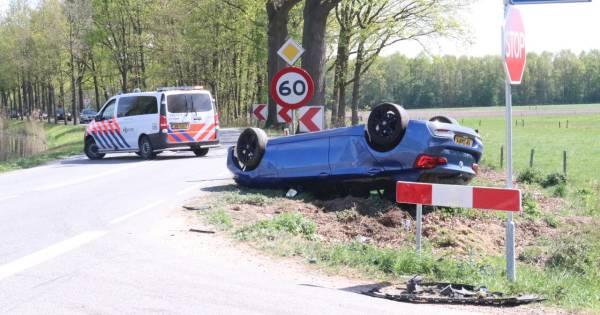 Flinke klap bij ongeluk in Lieren: auto vliegt over de kop.