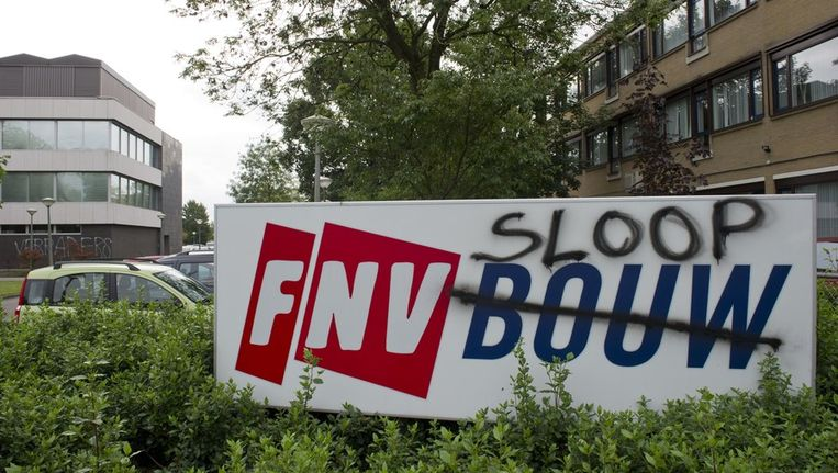 Boze FNV-leden bekladden vorige week het kantoor van FNV-Bouw in Woerden. De leuzen 'Verraders' en 'FNV Sloop' staan op de muren. De FNV-leden strijden tegen het pensioenakkoord. ANP © MARCEL Beeld anp