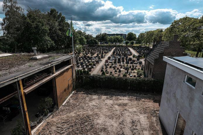 Het uitzicht vanuit de slaapkamer van de Van de Haartjes over de rustieke begraafplaats aan de Emmastraat.