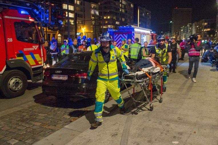 Een gewonde wordt afgevoerd.