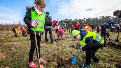 Kinderen helpen speelbos aanplanten