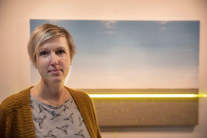 Lichtkunstenares Geeske van de Molengraft in Helmond bij haar werk Buitenaards.