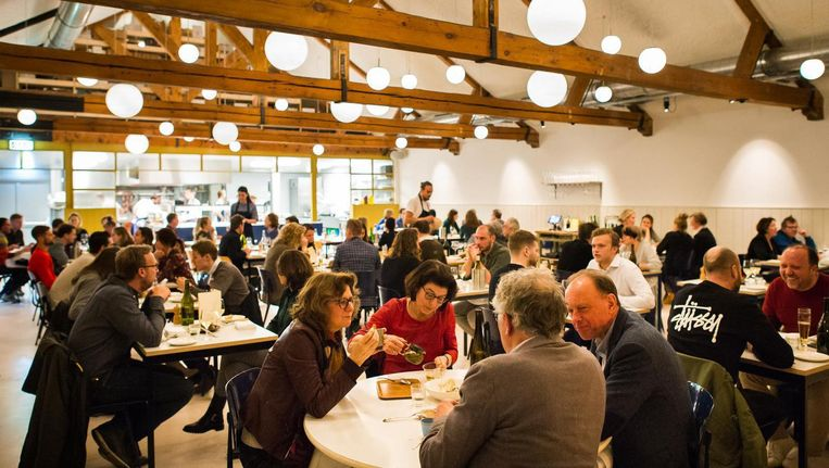 Restaurant Entrepot is licht en groot, met houten balken en hier en daar een oud detail. Beeld Mats van Soolingen