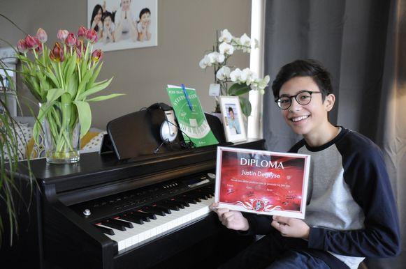 Justin Degryse toont trots zijn diploma om door te gaan naar de Blind Auditions van The Voice Kids