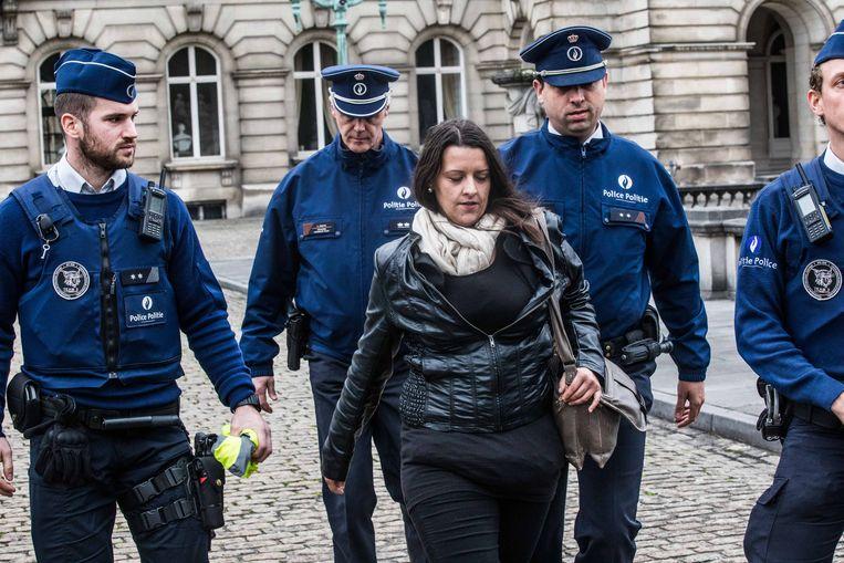 De politie begeleidde Bettina meteen naar buiten.