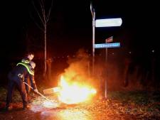 Stapel autobanden in brand in Waardenburg