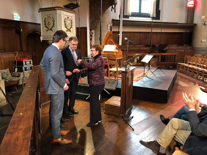 Bep Huijbregtse overhandigt de sleutel van de kerk aan Robert Quarles van Ufford, Anton Valk en Mark van den Bos.