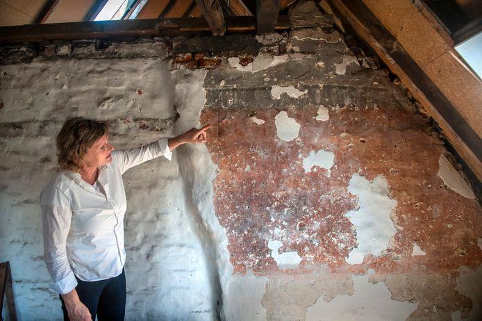 Bianca Eikhoudt, bouwhistoricus, bij haar vondst