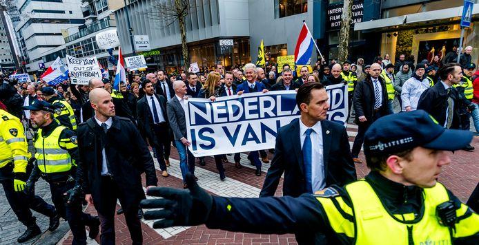 Geert Wilders loopt voorop bij de PVV-demonstratie door Rotterdam.