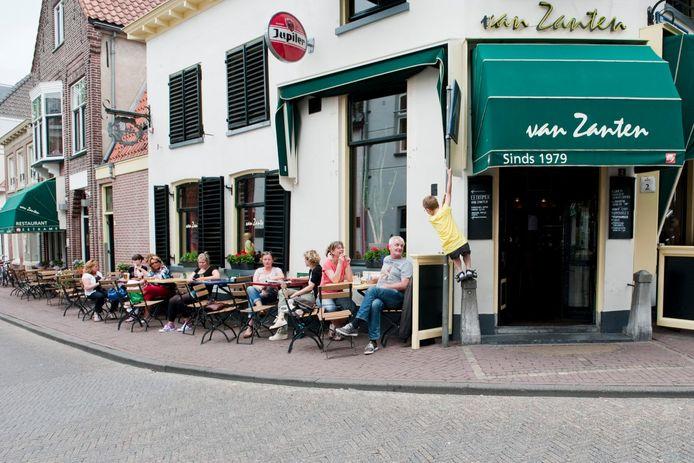 Het terras van café Van Zanten in Amersfoort toen Corona nog alleen een biertje was.