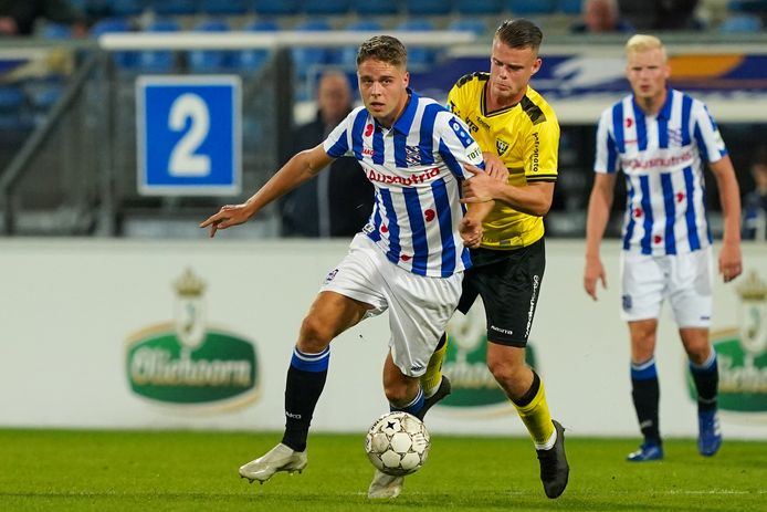 Joey Veerman in duel met Vito van Crooij.