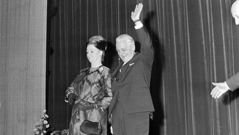 In 1966 nam de gemeente groots afscheid van Piet Mijksenaar (en zijn vrouw) in de RAI. Beeld anp