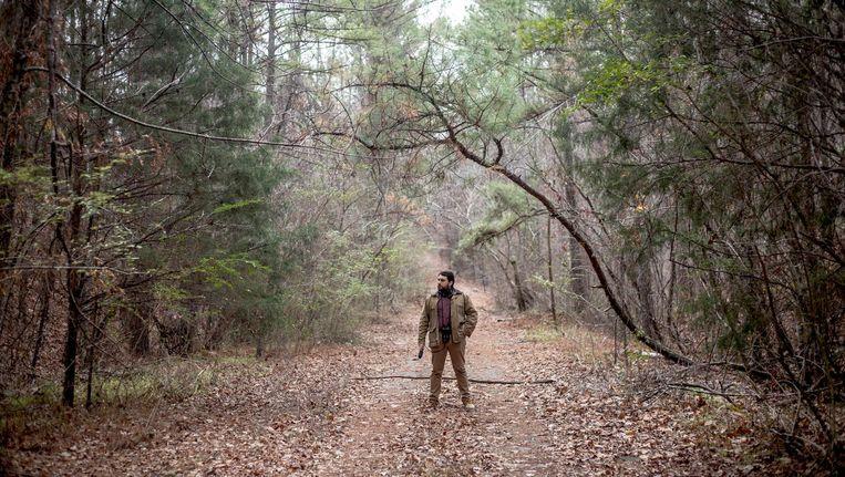 Brian Reed, de maker van S-Town in het bos in Alabama. Beeld null