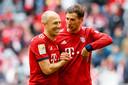 Robben viert de overwinning op Hannover met Leon Goretzka.