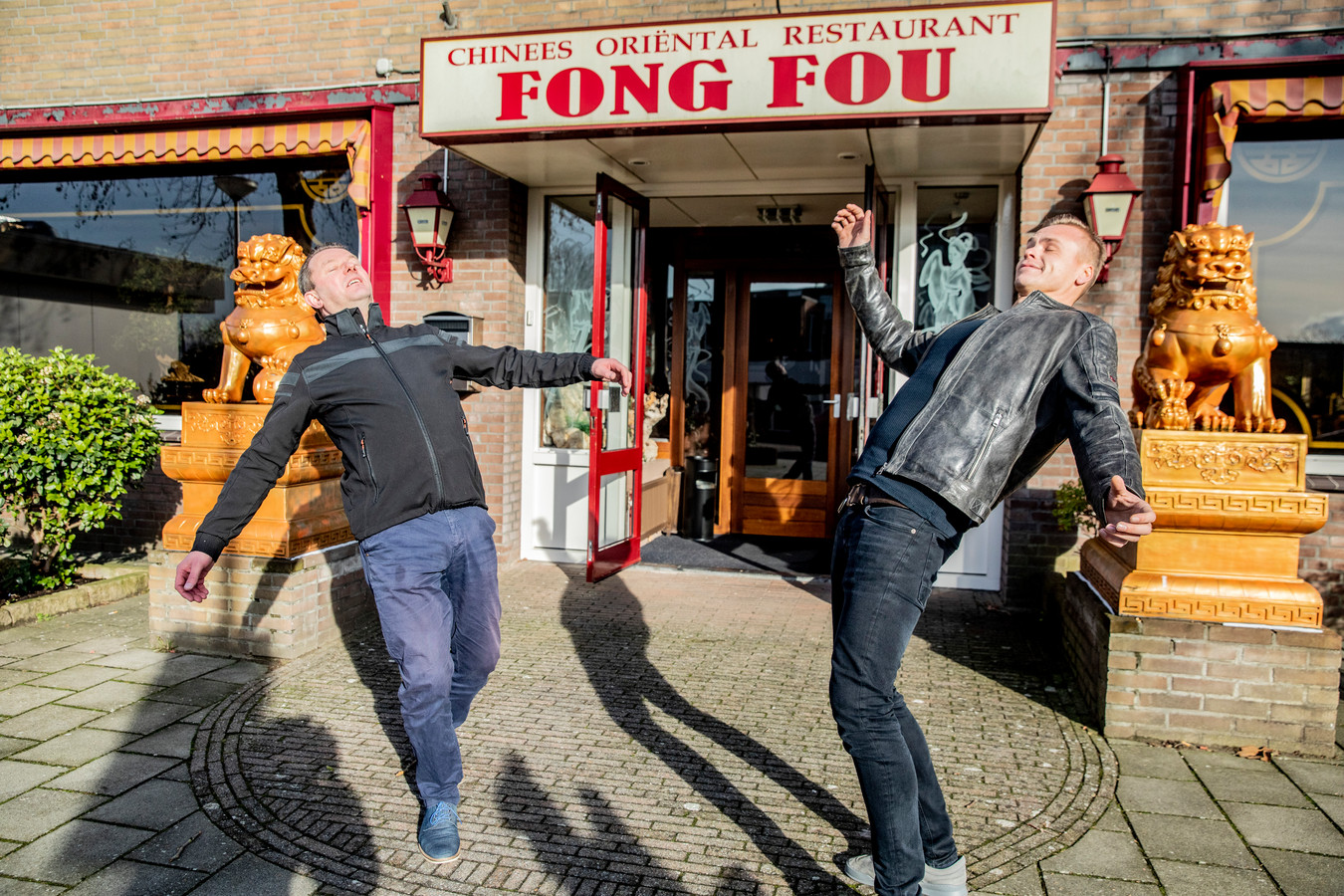 Acteur Arno van Dijk (L) in een scene uit Judas. Arno (vriend van Cor van Hout) wordt beschoten voor een Chinees restaurant. Arno is ook ambtenaar bij de gemeente Olst Wijhe.