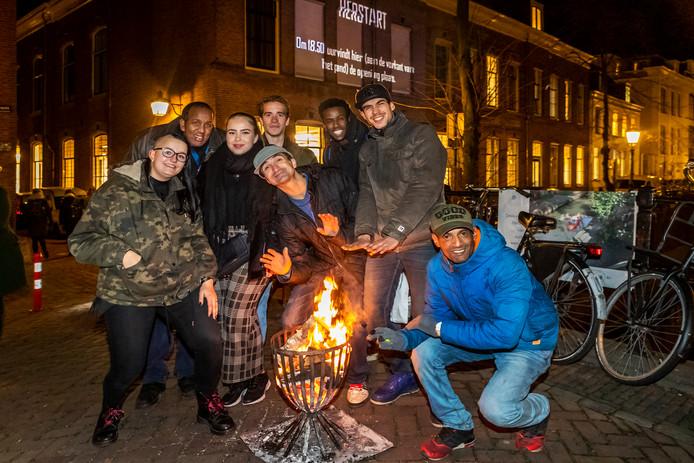 Buurtbewoners, genodigden en dakozen eind vorig jaar tijdens de opening van de nieuwe inloopvoorziening voor daklozen aan de Nieuwegracht in Utrecht