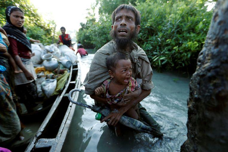 Rohingya vluchtelingen bij de Naf rivier aan de kant van Bangladesh, nadat ze de grens met Myanmar zijn overgestoken. Beeld Reuters