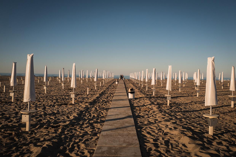 Strandtenthouders in Rimini bieden de gasten 18 vierkante meter ruimte rond elke parasol.