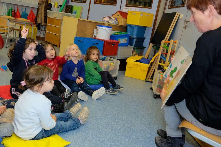 Juf Lucia in interactie met kleuters in haar klasje.