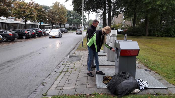 De afvalcoaches op ronde in Brabantpark, op de Epelenberg, waar bij de ondergrondse containers een enkele keer nog wordt gedumpt.