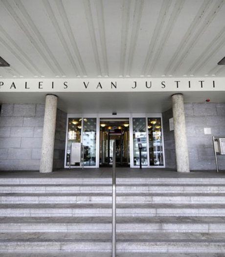 Barnevelder trapte zijn zwangere vriendin in de buik, nu glimlacht zij naar hem in de rechtbank