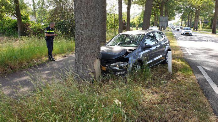 Op de Varsseveldsestraatweg in Aalten is een automobilist tegen een boom gereden.