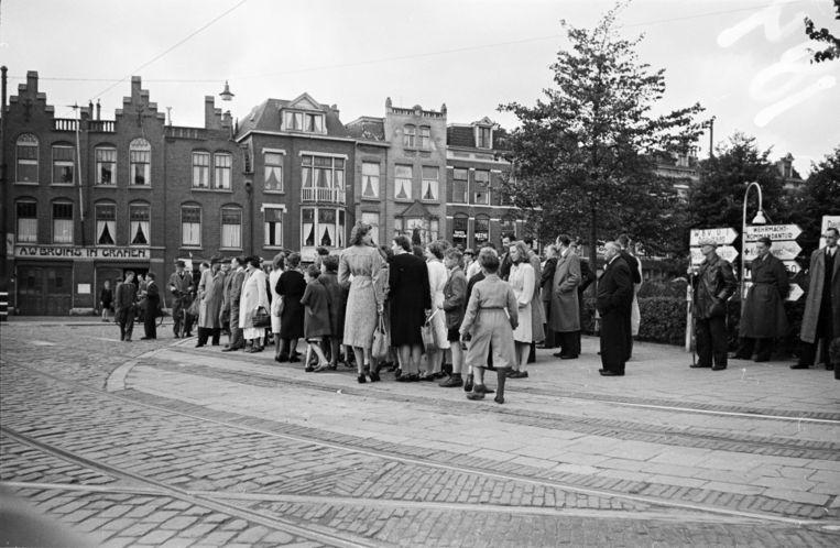 Op Dolle Dinsdag wachtten inwoners van Den Haag tevergeefs aan het Rijswijkseplein op de Canadese bevrijders (5 september, 1944) Beeld null