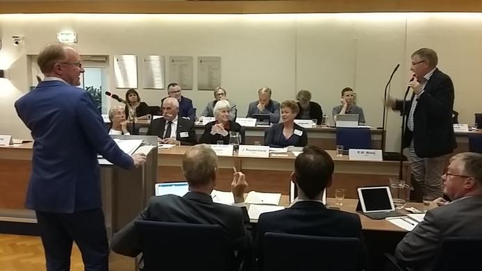 CDA'er Aad Noordermeer (l) wordt tijdens de raadsvergadering van Overbetuwe onderbroken door  Ruud Mooij van de VVD.