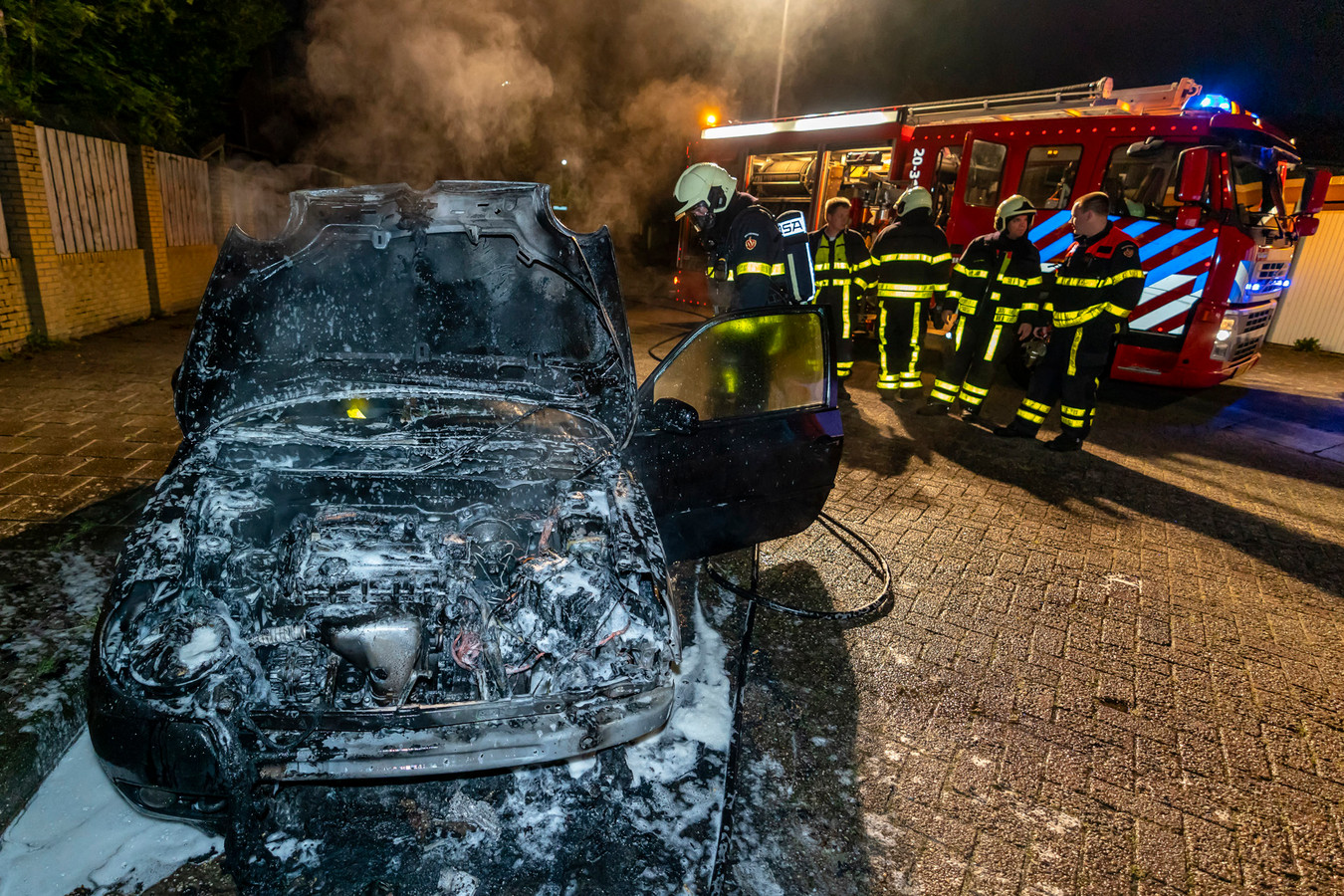 De auto na de brand in Oosterhout.