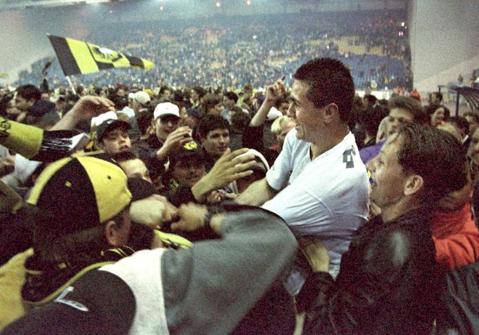 Nikos Machlas viert samen met Vitesse fans de derde plaats en zijn topscorerstitel in 1998.