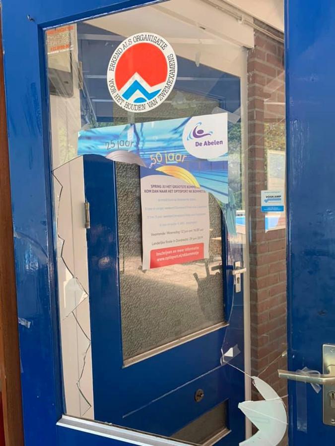 Het was weer raak afgelopen weekend. Dit keer moest een raam in een deur het ontgelden. Vandalen vernielden afgelopen Een vernielde Vernielde deur bij zwembad De Abelen.