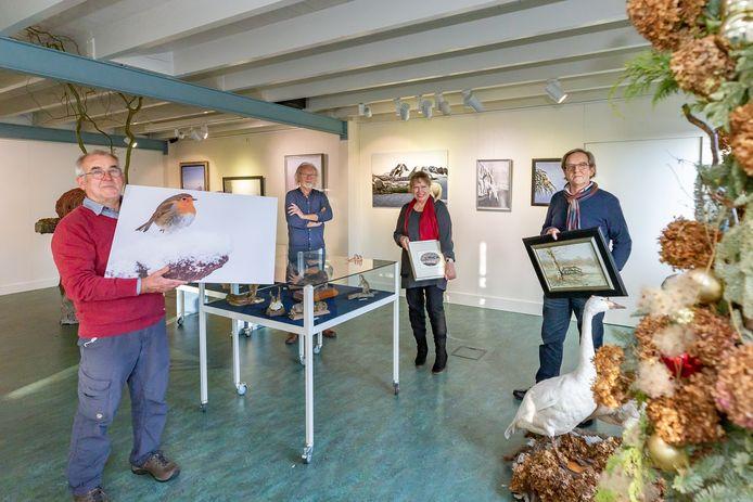 Roel Hoeve, Marinus Burgmeijer, Joke Plomp en Frederik Weijs (vlnr) verzorgen de expositie Spectaculaire wintervoorstelling in Museum Schoonewelle.