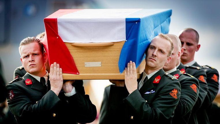 De lichamen van de omgekomen militairen komen aan op vliegbasis Eindhoven, 11 juli 2016. Beeld anp