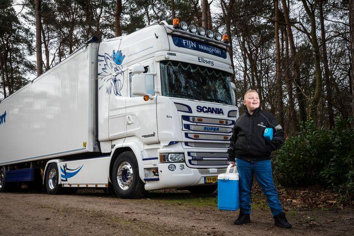 Dick Fijn (10) uit 't Loo, bij de vrachtwagen van zijn oom Johan.