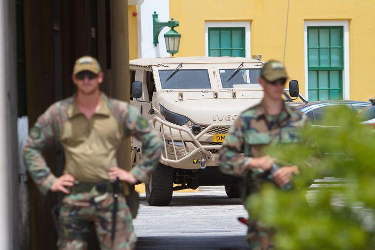 Nederlandse militairen staan wacht bij het het regeringsgebouw Fort Amsterdam. De militairen helpen op Curacao om te voorkomen dat er weer rellen ontstaan.  Beeld ANP