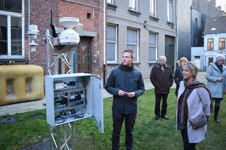 Steven Caluwaerts geeft bij het weerstation uitleg aan minister Schauvliege.