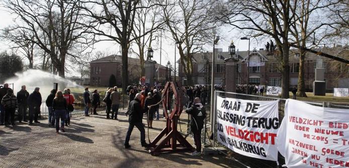 Het personeel van Veldzicht protesteerde op eigen terrein tegen de sluiting van de kliniek. foto 26 maart Tom van Dijke