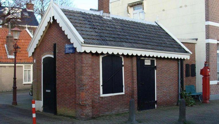 Het kleinste politiebureautje van Nederland dat deze zomer opende werd druk bezocht. Beeld ANP