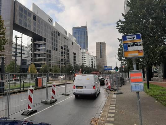 Verkeer op het Weena slingert zich over één rijstrook richting Centraal Station.