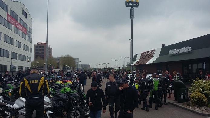 De motorrijders verzamelen bij de McDonald's in Veenendaal.